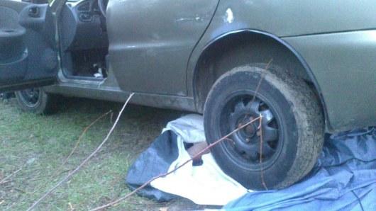 Скатившийся схолма автомобиль раздавил туриста вКиевской области